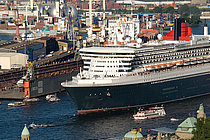 Die Commodore neben der Queen Mary 2
